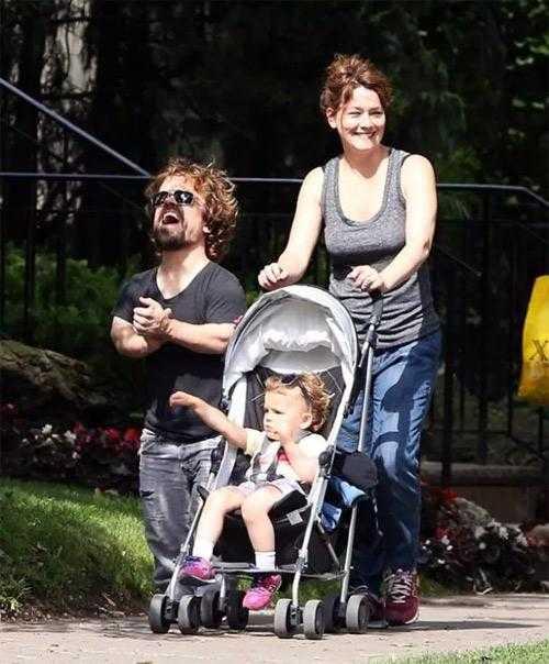 Питер Динклэйдж с женой и дочкой