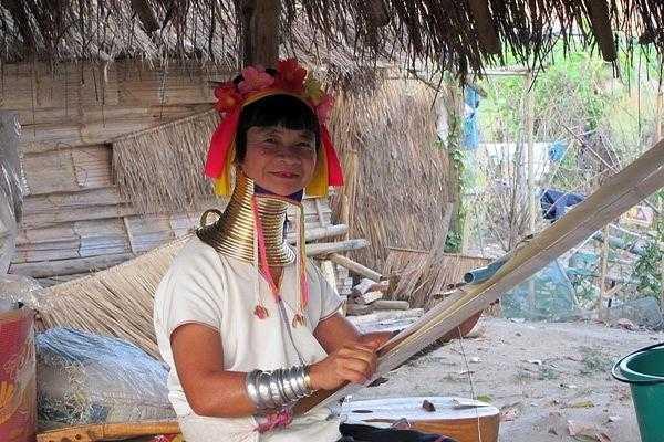 Деревня длинношеих женщин в Таиланде (племя Карен)