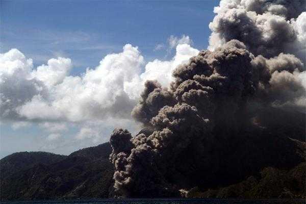 извержение вулкана  на маленьком острове Палуэ рядом с островом Флорес (Индонезия)