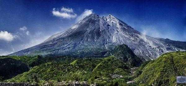 на месте крупного извержения вулкана Мерапи на острове Ява, Индонезия