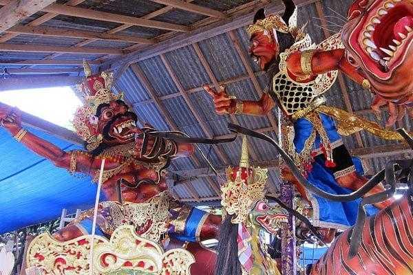 фигуры монстров к параду Ого-ого на балийский Новый год