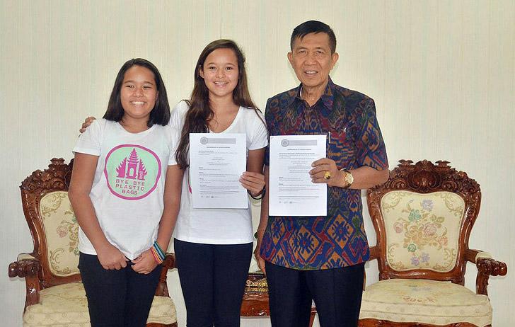 Две девочки из Зеленой Школы на Бали убедили губернатора острова отказаться от пластика